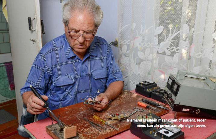 Man aan het solderen